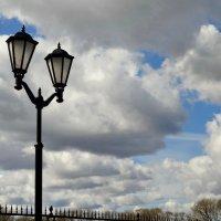 Фонарь и облака. :: Владимир Гилясев