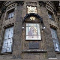 Икона Казанской Божьей Матери на стене Казанского собора :: Вера