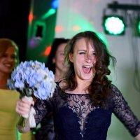 Это я поймала букет невесты !!! :: Александр Бойко