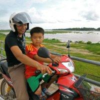 Лаос. Вьентьян. Папа и сын :: Владимир Шибинский