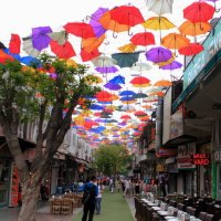 Улица ресторанов под зонтиками :: Натали Акшинцева