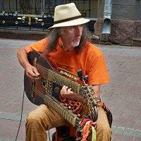 Широко известный в узких, арбатских кругах, музыкант! :: Valeriy(Валерий) Сергиенко