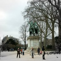 На площади Нотр Дам памятник Карлу Великому. :: Galina Belugina