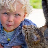 Мальчик с котом :: Кирилл Смоляк