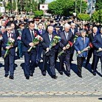 Покладання квітів до обеліску Перемога :: Степан Карачко