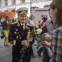 Цветы ветерану. Просто, на улице, незнакомому. :: Алексей Окунеев