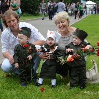 Годовалые тройняшки тоже празднуют 70 лет Великой  Победы !!! :: Anna Gornostayeva