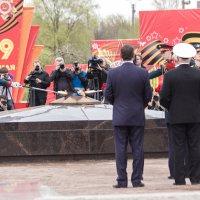 Зажжение вечного огня в Колпино :: Михаил Сергеевич Карузин