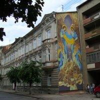 Корпус  медуниверситета  и  художественное  граффити  в  Ивано  -  Франковске :: Андрей  Васильевич Коляскин