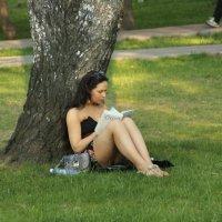 девушка читает Ошо :: ИГОРЬ МОСКАЛЕВ
