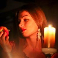 девушка с яблоком... :: Anna Ivanova