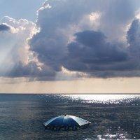 Лето. Сочи. Синий зонт. :: Александр Шмалёв
