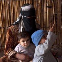Молодая девушка с детьми :: Андрей Сазонкин