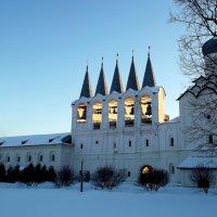 Вид на звонницу Тихвинского монастыря с церковью Покрова Пресвятой Богородицы :: Сергей Кочнев