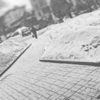 Снег на тротуаре :: Сергей Яценко