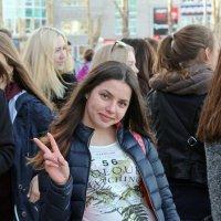 Северодвинск. Юбилей ЦУМа. Девушка с ямочками на щеках :: Владимир Шибинский