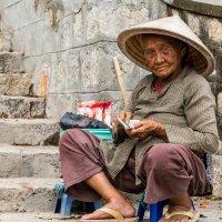 Пожилая вьетнамка :: Den Ermakov