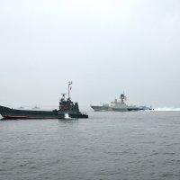 Корабли напротив Центральной Набережной-01 :: Александр
