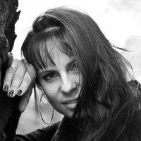 Девушка у дерева :: Сергей Потапов