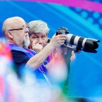 Barny  demonstriert Viktor die neue Kamera :: Павел Сущёнок