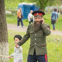 деданька, ну пойдём, там казаки песни играют ... погодь малой, с бабаней договорю ... :: Petr Popov
