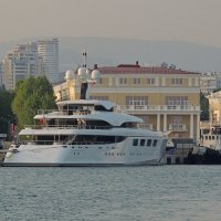 выставочный павильон у порта :: Алексей Меринов