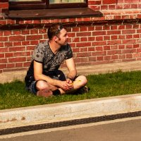 Мужчина на газоне :: Полина Белушкина