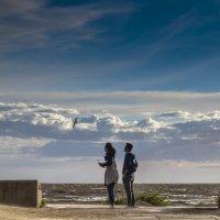 Двое - на берегу Финского залива :: Valeriy Piterskiy