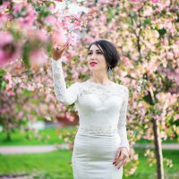 невеста в цветущем саду :: Александра Капылова