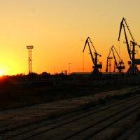 Закат в порту Оля. :: Александр Владимирович Никитенко