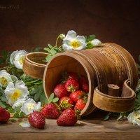 С клубникой и цветущим шиповником :: Светлана Л.