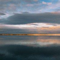Здесь тишина озерных вод в лучах рассветных, и как вуалью скрыто зеркало воды... :: Татьяна .