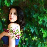 Девушка с цветами клематиса :: Евгения Попова