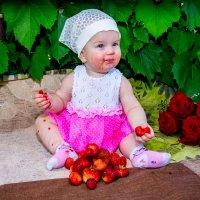Маленькая Алёнка и клубника :: Сергей Гибков
