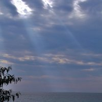 Солнце над морем восходит из туч.. :: Александр Корчемный