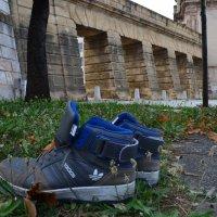 У старых ворот брошенные кроссовки :: Таня Фиалка