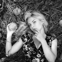Девушка с яблоками :: Максим Хрусталев