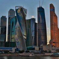Небоскребы, небоскребы, а я маленький такой... :: Сергей Сухарников