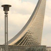 газон у монумента Покорителям космоса :: Александра