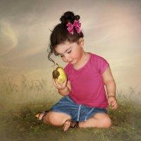 Девочка с грушей :: Маргарита Нижарадзе