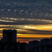 Закат над городом :: Павел Шарников