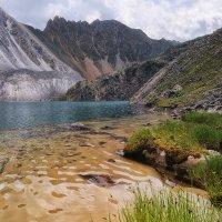 Песчанная отмель глубокого горного озера :: Виктор Никитин