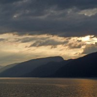 Норвежский пейзаж. Вечер в фьорде :: Юрий Цыплятников