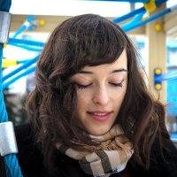 Девушка читает SMS :: aqbar aqbar