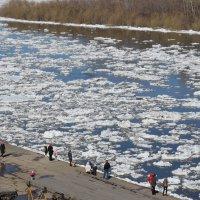 Горожане на берегу реки встречают ледоход! :: Владимир Анакин
