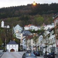 С одной стороны Берген окружен морем, а с другой - высокими холмами :: Елена Павлова (Смолова)