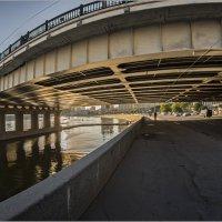 Про Новоарбатский мост,велосипедиста и маленький белый джип. :: Владимир Елкин