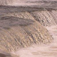 вечное течение...огромные пласты воды распадаются на миллионы капель и струек..сливаясь опять воедин :: Михаил Жуковский
