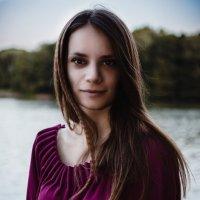 Девушка на берегу реки :: Дмитрий Строж