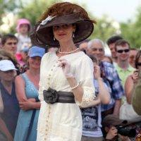 какая шляпка,платье,а взгляд :: Олег Лукьянов